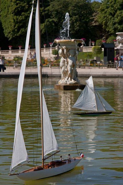 Le. Bâteau de. Fontaine Jardin. Luxembourg Paris