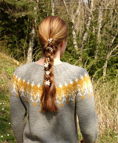 Dette er min desiderte strikkefavoritt! Siden jeg strikket den første gang har jeg hatt denne genseren på meg i utallige timer. Den er tykk og varm strikket i Drops Nepal, så vel som myk og slitesterk. Jeg har den gjerne på meg som ytterste lag på vår og høst og under jakka om vinteren.