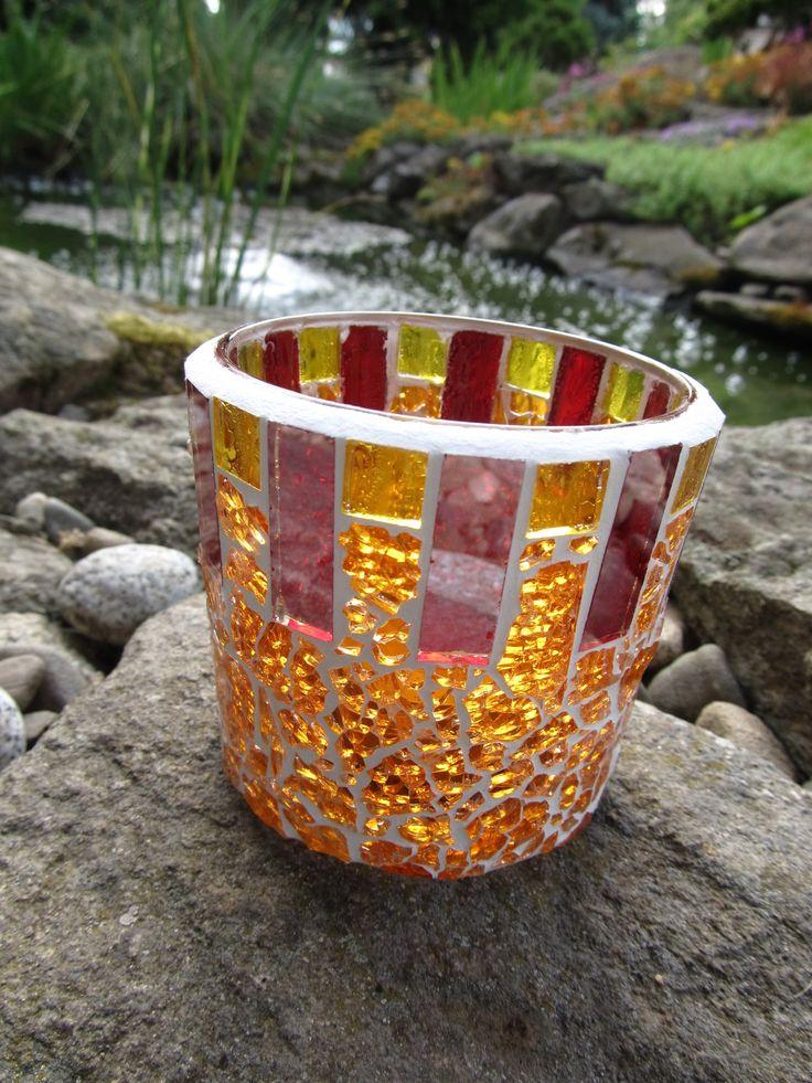 Svícen - mozaika Skleněný svícen na čajovou svíčku. Mozaika. Výška 7 cm; průměr vrchní části 8,5 cm; průměr dna 7 cm.