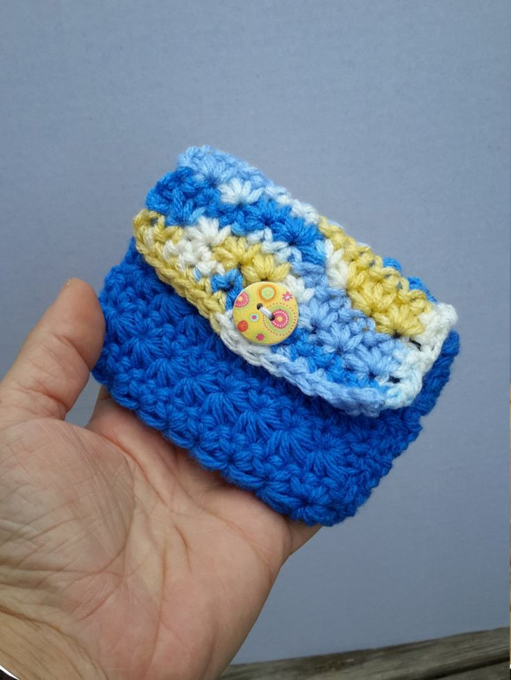 Porte-monnaie bleu, porte-monnaie crochet,  pochette à rabat et bouton, porte-cartes, bleu, blanc et jaune, bouton fleuri, cadeau Noël de la boutique Agadoux sur Etsy