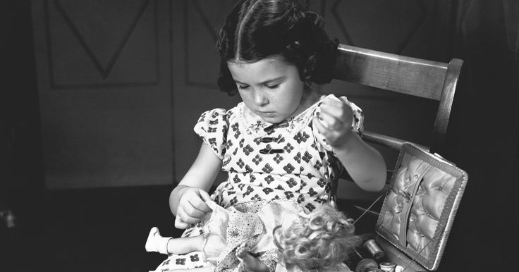Como fazer um vestido de criança a partir de uma fronha. O vestido-fronha é uma roupa clássica para crianças e meninas que pode ser feito a partir de materiais de baixo custo. É uma forma prática de reutilizar roupas de cama antigas e bonitas, uma vez que o modelo é baseado em um cordão. As meninas podem usá-lo como um vestido em primeiro lugar e, mais tarde, como uma blusa fresquinha. Como a execução é ...