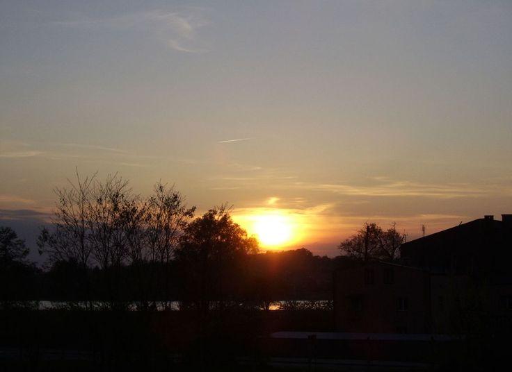 Słońce odbite w wodzie. Letni zachód.