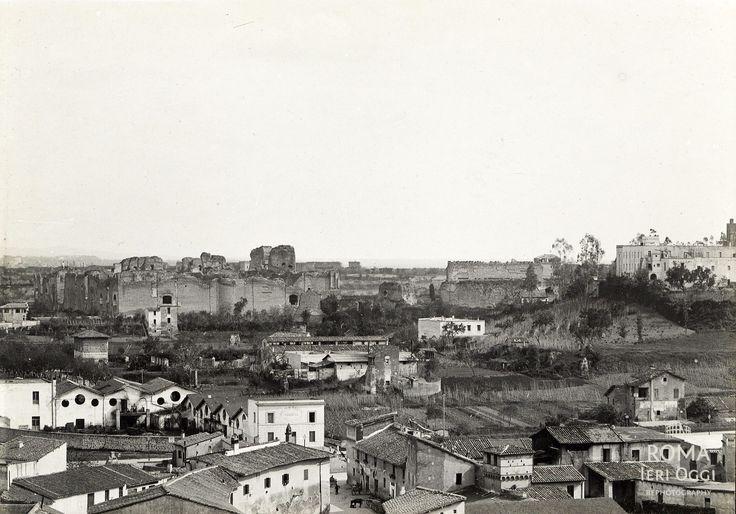 Piazza Porta Capena (1890 ca) Questa foto ripresa dal Palatino è davvero rara e mi sa che non l'avete mai vista.  Sullo sfondo a sinistra le Terme di Caracalla, tutto a destra Santa Balbina, ma soprattutto in basso a destra, inglobata tra le case, la Torre della Moletta (Circo Massimo).