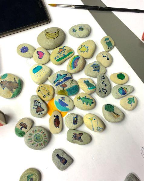 Kamienie na lekcji są nie od dzisiaj. Często przywozi się pomalowane kamienie jako pamiątki. Są ozdobą lub przyciskiem do papieru. Ja osobiście bardzo lubię kamienie na lekcji, dzieci je również lu…