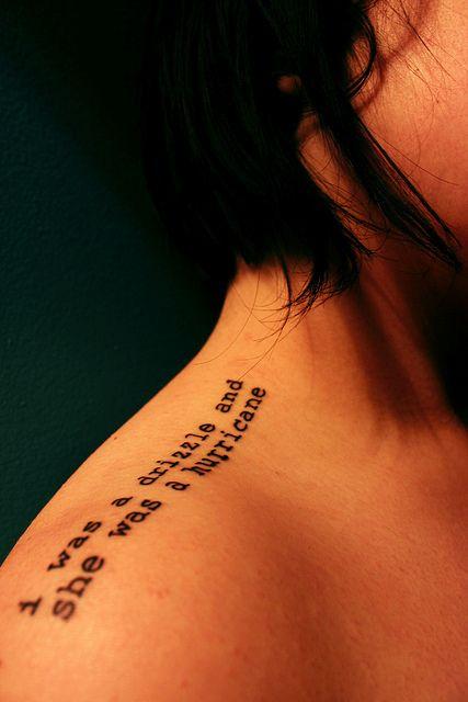 "Buscando a Alaska por John Green | 23 tatuajes épicos de amor literario ""Yo era una llovizna y ella un huracan"""