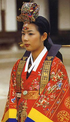 Korean woman wearing an elaborate Hanbok ceremonial with an additional over-robe and headdress | © Wabei Mono