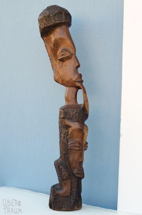 70's African Light Brown Wooden Sculpture - Über den Traum
