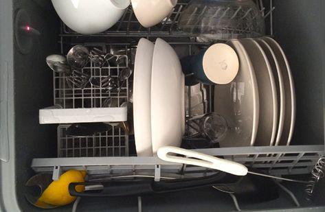 Precis som vinäger och bakpulver är citron riktigt bra (och miljövänligt) när det kommer till rengöring. Den doftar gott och har renande effekt. Kika här varför du ska stoppa en citron i diskmaskinen.