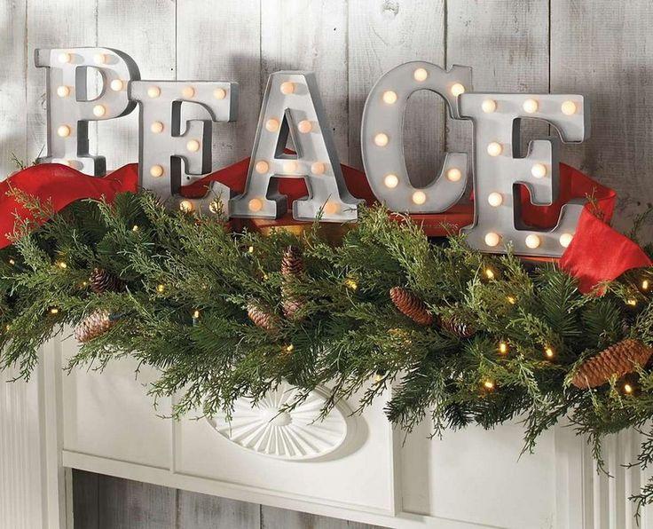 Amerikanische Weihnachtsdeko mit Buchstaben mit LED-Lichtern über den Kaminsims