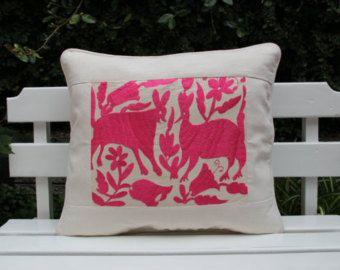 Almohada lumbar con detalles en bordado a mano por CasaOtomi