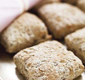 12 stycken Lika nyttiga som goda till frukost. Stjälp bara upp den jästa degen och skär i rutor. 25 g jäst 1 msk honung 1 tsk (rågad) salt 4 dl vatten 1 dl…