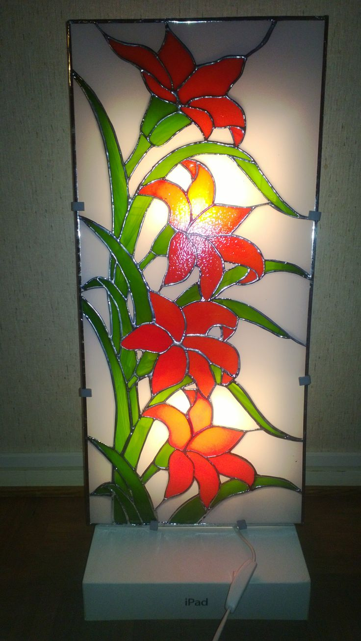 """Lyijylasityö Punaiset liljat, """"Tuunattu Ikean valaisin"""", noin 100 palaa. Koko n. 27 x 56 cm."""