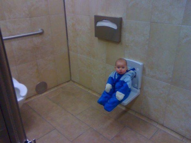 Dans certaines toilettes, il y a des sièges pour que les enfants se détendent…