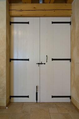 Porta battente doppia Rustica con bandelle in ferro battuto - renovation solid larch wood doors with wrought iron hardware