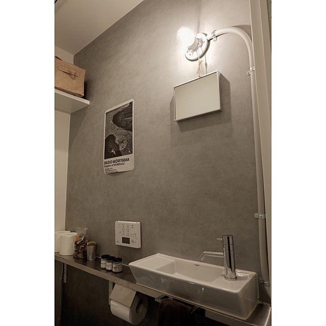 男性で、、家族住まいの塗装DIY/RC広島支部/コンクリートエフェクトペイント/トイレの壁/トイレですみません…などについてのインテリア実例を紹介。「結構、雰囲気変わりました♬ 壁の一面をタカラ塗料のコンクリートエフェクトペイントで塗装。  鏡の上に付けたランプ。剥き出しになるコンセントケーブルをゴムホースの中を通して隠してます。  鉄の配管パイプを使いたかったけどRの加工(鉄パイプを曲げるの)難しいので、農業用の厚めなゴムホースを用い配管用のパイプっぽく塗装しました。」(この写真は 2016-02-21 12:09:48 に共有されました)
