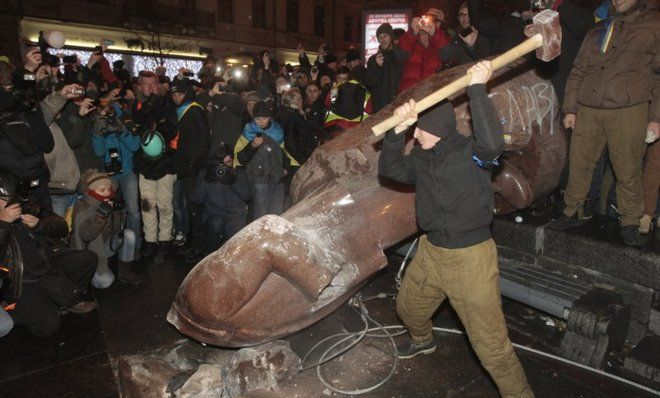 Ukrainian Protesters Tear Down Statues of Socialist Leader Lenin & Smash Them to Bits wish I had been there to help!