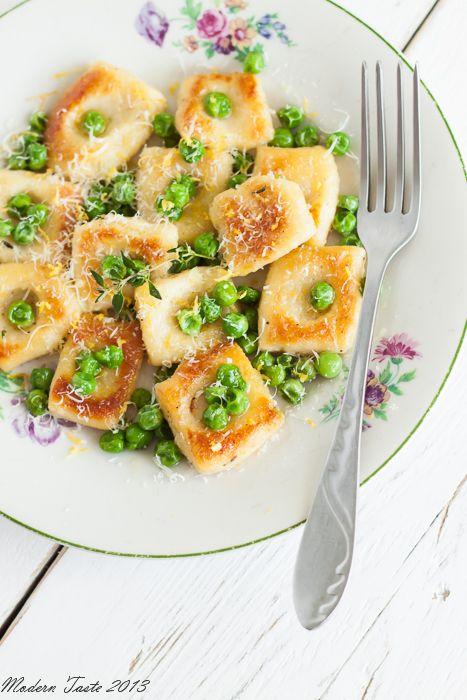 Włoskie kluseczki gnocchi z tymiankiem, zielonym groszkiem i skórką cytrynową to wspaniały pomysł na wykorzystanie ugotowanych ziemniaków.