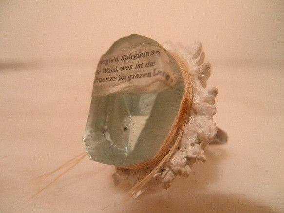 こちらの作品は『白雪姫』に出てくる魔法の鏡をインスパイアして作りました指輪になります。 素材は厚さ1cmもあるアンティークの鏡を加工して作りました。 光の屈折...|ハンドメイド、手作り、手仕事品の通販・販売・購入ならCreema。
