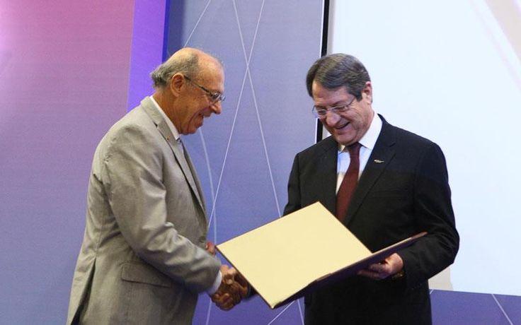 Στο μαθηματικό Δημήτριο Χριστοδούλου το βραβείο Νέμιτσας για το 2016   Λευκωσία: Απονεμήθηκε απόψε στον καθηγητή Δημήτριο Χριστοδούλου το Βραβείο του Ιδρύματος Τάκης και Λούκη Νέμιτσας για το 2016 βραβείο που φέτος ήταν αφιερωμένο στα Μαθηματικά.  Το βραβείο απένειμε ο Πρόεδρος της Δημοκρατίας Νίκος Αναστασιάδης σε εκδήλωση που πραγματοποιήθηκε στο Προεδρικό Μέγαρο.  Θα ήθελα να σας ομολογήσω πως νιώθω απόψε ένα ιδιαίτερο δέος καθώς διάβασα το βιογραφικό του τιμώμενου μας του εξαίρετου…