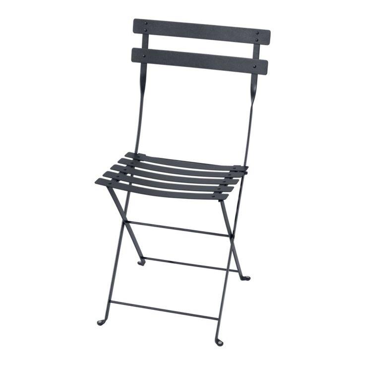 Metal, en hopfällbar stol i lackat stål för utomhusbruk från Bistro. Välj bland ett flertal färger för att få en personlig prägel och kombinera gärna med något av Bistros bord för en vacker utomhusgrupp.
