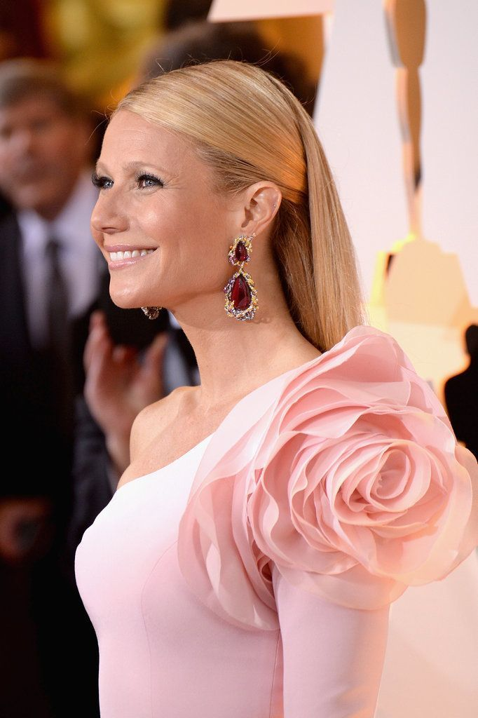 The most beautiful red carpet looks     Picture    Description  Gwyneth Paltrow's rose-adorned sleeve might have been the talk of the evening, but just look at those stunning pink gem earrings by Anna Hu Haute Joaillerie.     https://looks.tn/celebrity/red-carpet/red-carpet-looks-gwyneth-paltrows-rose-adorned-sleeve-might-have-been-the-talk-of-the-evening/