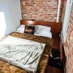 Ciemne akcenty w małej sypialni