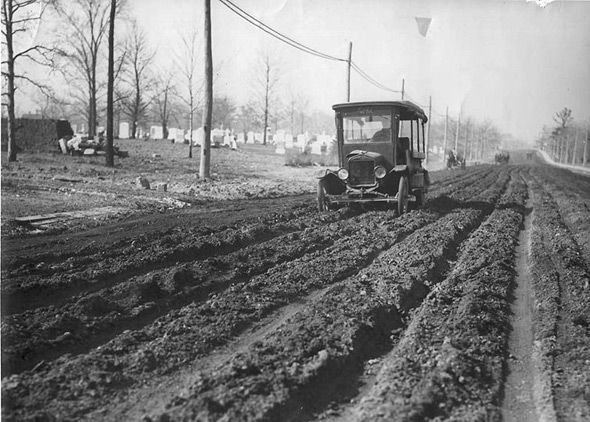 Toronto 1920s Mount Pleasant Road with cemetery in background 1928
