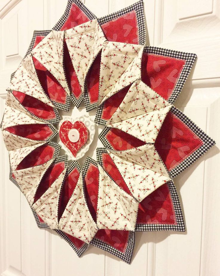 It's almost Valentine's day so we decided to create a Fold N Stitch Wreath -valentines style! With a little #makinitcute heart in the middle! #fqsfun #sewing
