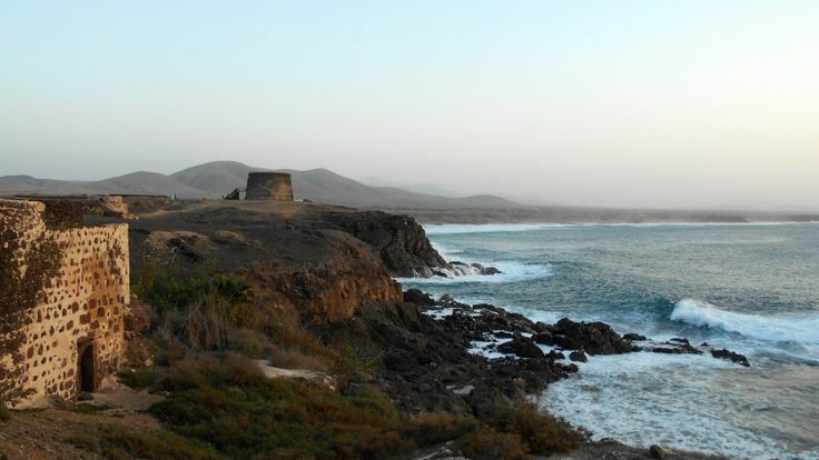 W El Cotillo nie ma właściwie nic do roboty.Wieje nudą.Oddałabym wszystko,żeby się tam teleportować. Usiąść na klifie i bezmyślnie gapić się w fale….Wskoczyć na rower i pedałować wzdłuż poszarpanego wybrzeża. Położyć się na plaży z sangrią w plastikowym kubku. Niewiele mi trzeba do szczęścia…więcej na blogu:http://szukajacslonca.com/2015/02/18/koguty-pieja-jest-dobrze-chillout-w-el-cotillo/