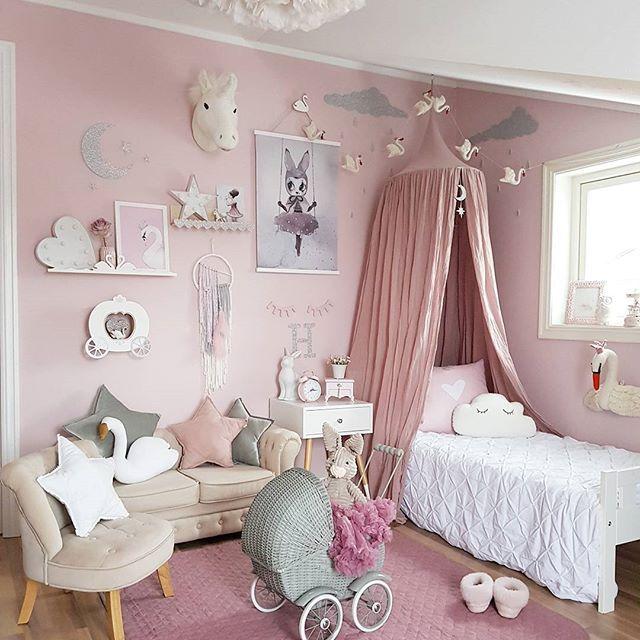 I wish you all a lovely weekend I love the swans from Gamcha @preciouskids.no --- #preciouskids #gamcha #girlander #swans #veggdecor #spons @thatsmine.dk #thatsminedk #svanehylle #bokhylle #shelfie #spons #barnerom #mittbarnerom @sebrainterior #sponsoredbysebra #barneromsdekor #barneromsinspo #girlsroom #jenterom #inspirasjon #interior #playroom #fashion #princess #kidsstyle #decorforkids #kidsroom #kidsroomdecor #pink #kinderkamer #kinderzimmer #bedroom