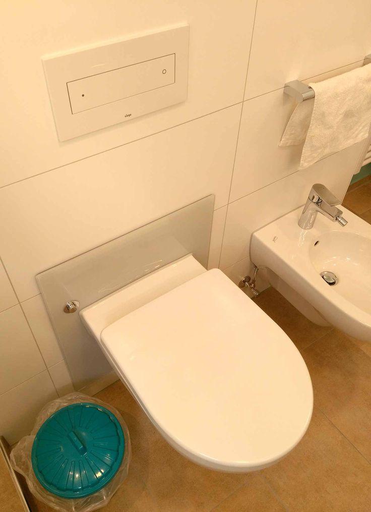 Luxury H henverstellbare Toilette rechts daneben ein Bidet