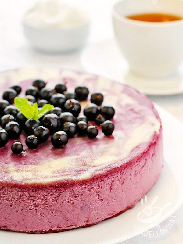 Ice cream blueberry cake - La Torta gelato ai mirtilli è un desser di facile preparazione, fresco e golosissimo. Dovrete solo considerare il tempo di raffreddamento in frigo! #tortagelato #tortaaimirtilli