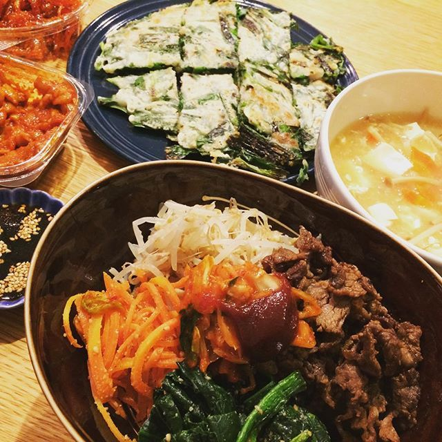 今日はこむぎ🐶ナッツ🐻主人と赤子👶を連れて写真館へ🐾👣 こむなっつが、きちんとカメラ目線で撮影できたのが感動的でした‼️ 午後もみんなでお出かけで、疲れたー‼️ これはお祝いの夕食🥂💕 神社に⛩に行ったくせになぜか韓国料理っていうね😎  #ちばわん #保護犬 #殺処分ゼロ #里親 #わんこ #犬 #愛犬 #こむぎ #ナッツ #モモンガ #1型糖尿病 #ビビンバ #チヂミ #サンラータン