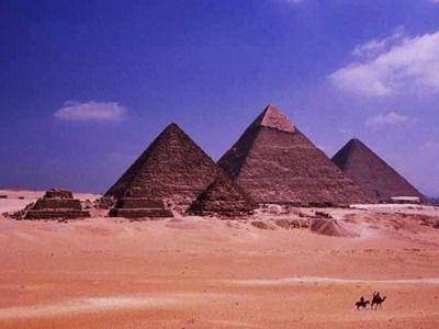 ギザの三大ピラミッド。左からメンカウラー王、カフラー王、クフ王のピラミッド。手前に見える小さなピラミッドは王妃のピラミッド 牧哲雄