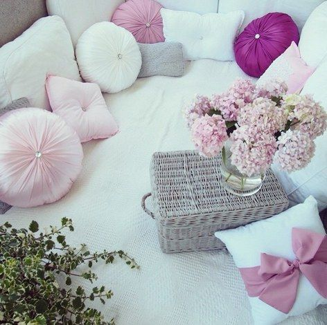 die 25 besten ideen zu rosa kissen auf pinterest graue kissen graues bett und rosa grau. Black Bedroom Furniture Sets. Home Design Ideas