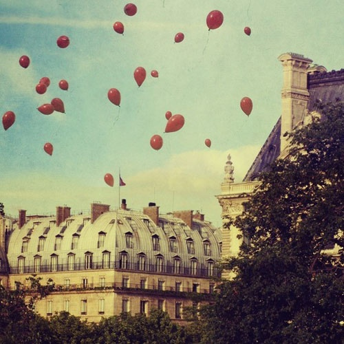 This reminds me of Le Ballon Rouge, a French film about a little boy with a red balloon that I watched when I was younger: Photos, Paris Je, 99 Red, Favorite Places, Red Balloons, Paris Balloons, Paree Prints, Art