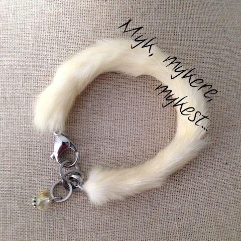 Dette vakre armbåndet er laget av ekte pels...Myk, mykere, mykest...PS: Det var nok engang en søt kanin, men det må du love å ikke fortelle til barna...