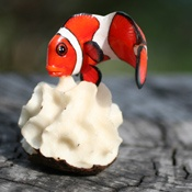 Artesanía de tagua, hecha por los indígenas Wounaan ,en Panamá. La tagua es una semilla de una palmera que además de ser alimento para los humanos y para los animales de la selva, secas se utilizan como especie de marfil, para tallarlas y hacer estas artesanías.Este arte se transmite de padres a hijos.A  menudo lo que tallan en tagua son animales nativos de la selva de Panamá.