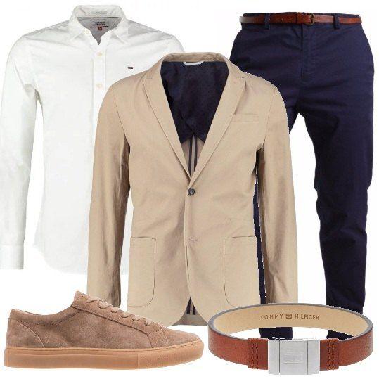 Ecco un look perfetto da mattina a sera: camicia bianca da indossare con il pantalone blu, sopra abbiniamo un blazer. Gli accessori completano il tutto in modo perfetto: sneakers e bracciale.