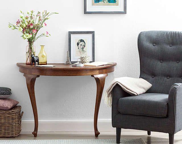 Halber Tisch, doppelter Hingucker – aus einem alten Tisch wird ein extravagantes Sideboard für die Leseecke.