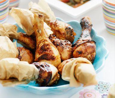 Kycklingklubborna marineras i en magnifik sås gjord på mango chutney, soja, vitlök och citron och rostas sedan i ugnen med grönsakerna. Slutligen häller du över vitt vin i formen vilket ger kycklingen och grönsakerna en kraftfull och saftig smak.
