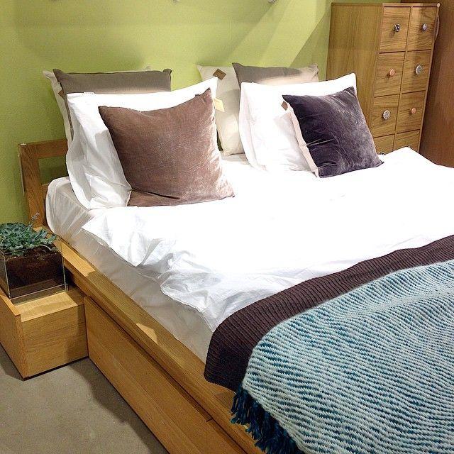 Ville ni också ligga kvar i sängen imorse? Adams sängram 218x152x71cm (bäddmått 140x200cm) med förvaringslådor under. De två närmast huvudändan fungerar även utmärkt som sängbord. 11.500kr. Vitt påslakanset i design av R.O.O.M. från 895kr. #habitatsverige #roombutiken
