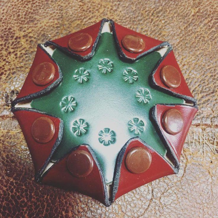 #幾何学生活   八芒星 #cordovan コインケース。    前回より一回り 大きくしました。    末拡がりの 八。    カーブを綺麗に切れる道具が 欲しい。  #leathercraft  #coincase #handcraft   #幾何学#tokyo#東京