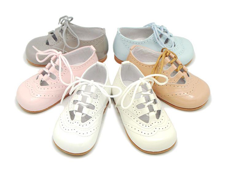 Tienda online de calzado infantil Okaaspain. Zapato inglés en charol sin lengüeta para niños y niñas. Calidad al mejor precio hecho en España. envíos gratis, 24-48 horas laborables.