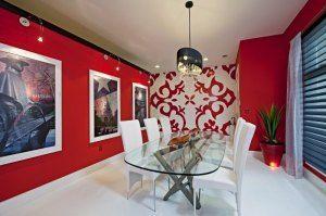 Comedor paredes rojas combinada con pared con motivos y diseños rojos