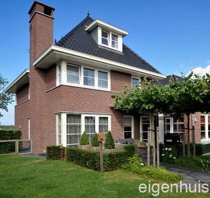 Jaren 30 stijl. Mooie ramen, dakkapel, siermetselwerk boven en een fenomenale schoorsteen.