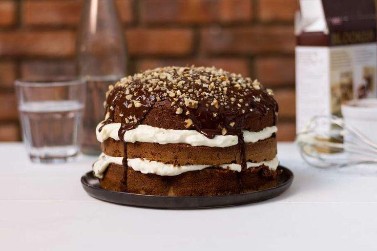 Recept voor smeuïge chocoladetaart voor 4 personen. Met taartmix, notenmix, slagroom, ei, crème fraîche, poedersuiker en pure chocolade