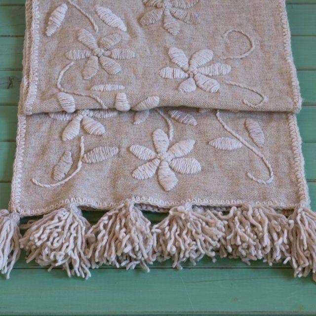 Camino realizado en picote de oveja y bordado a mano en lana de oveja.Medidas: 40 cm x 1,80 m. Ideal para usar como pie de cama o como camino de mesa.