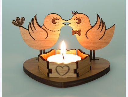 木製のキャンドルカバー。その炎は二羽の鳥の愛の見立てか。燃え上がり、自身をも焼かないかが心配である。