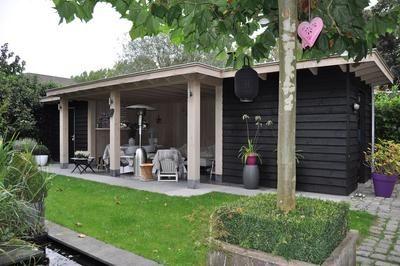 Bekijk de foto van caw met als titel Sfeervolle veranda met berging ernaast.  Echt genieten, ook als het 's avonds koeler wordt.  Natuurlijk van den Berg Houtbouw en andere inspirerende plaatjes op Welke.nl.